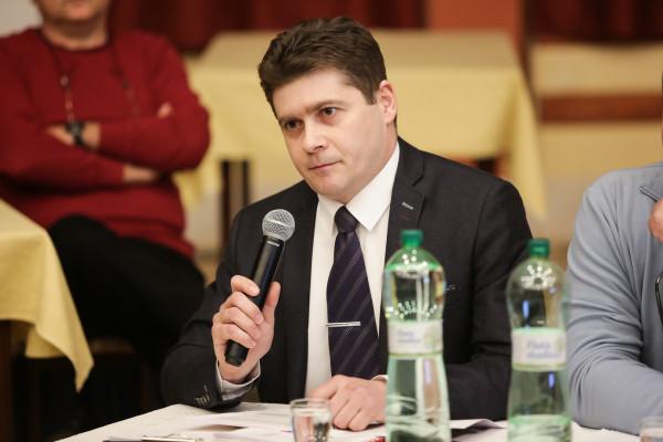 Madarász Róbert az oktatásügyi bizottság elnöke.