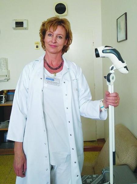 Foto - Vedúca sestra oddelenia vnútorného lekárstva Mgr. Monika Nesziová s novou biolampou