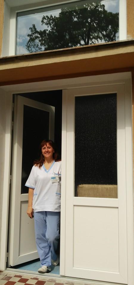 Vedúca sestra detského oddelenia PhDr. Eleonóra Mészáros s novými dverami zakúpenými z finančného daru