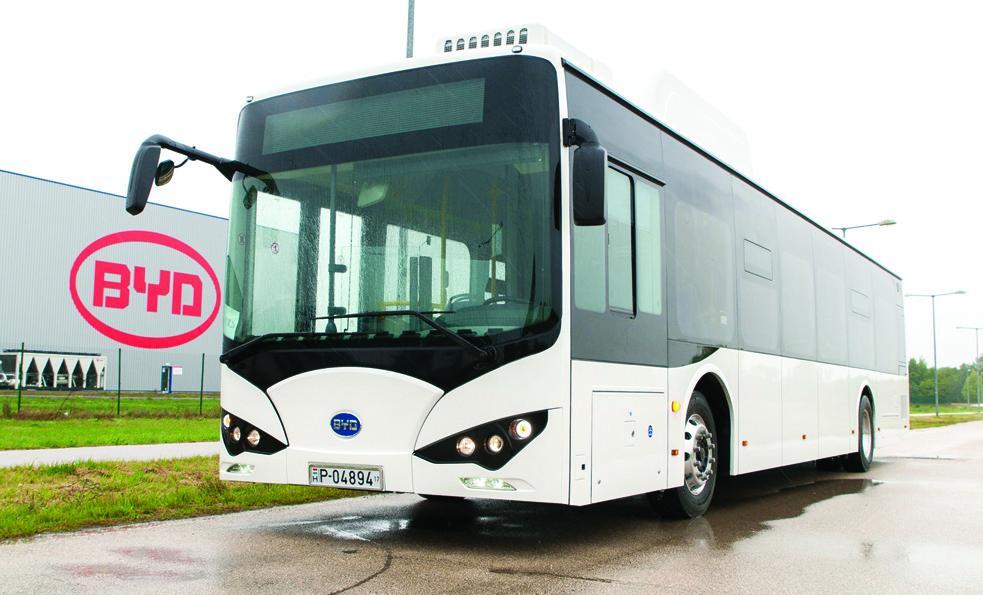 Komárom, 2017. szeptember 21. Tizenkét méter hosszú, szóló elektromos városi autóbusz a komáromi ipari parkban 2017. szeptember 21-én. A helyi BYD Electric Bus and Truck Hungary Kft. áprilisban megnyílt üzemében elkészült a társaság elsõ két elektromos busza. A gyárban a teljes kapacitás elérésekor évente négyszáz jármû elõállítását tervezik és 300 embernek adnak munkát. A 6,2 milliárd forint értékû beruházáshoz a kormány 925 millió forint vissza nem térítendõ támogatást adott. MTI Fotó: Krizsán Csaba