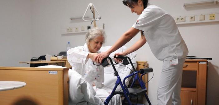 APA4222193-2 - 07062011 - WIEN - …STERREICH: ZU APA-TEXT CI - THEMENBILD - Illustration zum Thema Krankenpflege: Eine Diplomkrankenschwester hilft einer Patientin am Freitag, 21. Dezember 2007, mit einer Gehhilfe aus dem Bett zu kommen (gestellte Szene). Sozialminister Rudolf Hundstorfer plant eine Reform bei der die PflegefachkrŠfte ab kommenden Jahr die Einstufung des Pflegegeldes mitbestimmen. Demnach wird die Erstbegutachtung zwar weiterhin von den €rzten durchgefŸhrt, bei AntrŠgen auf €nderungen der Pflegestufe werden aber die PflegefachkrŠfte entscheiden. APA-FOTO: BARBARA GINDL