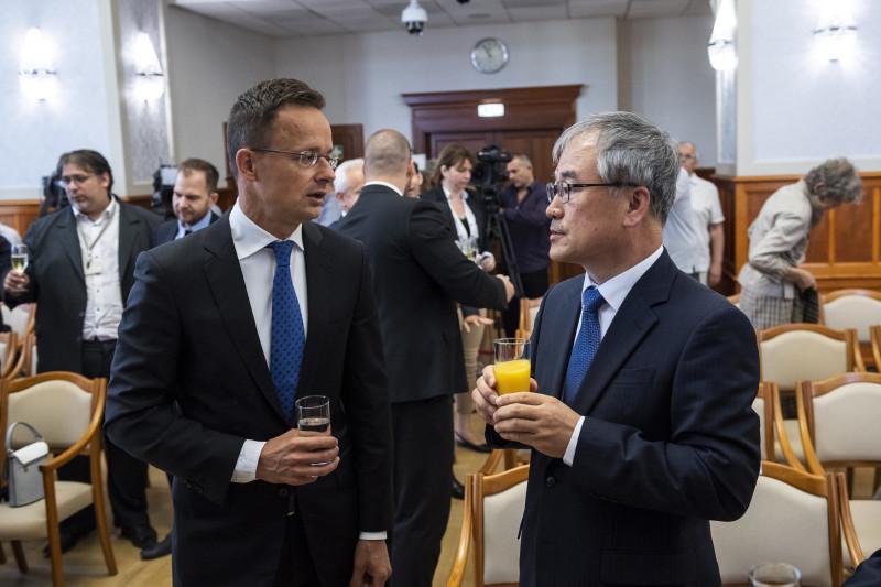 Budapest, 2019. július 1. Szijjártó Péter külgazdasági és külügyminiszter (b) és Cso Jun Hjung, az Inzi Controls ügyvezetõ igazgatója a társaság beruházásbejelentõ sajtótájékoztatóján a minisztériumban 2019. július 1-jén. A dél-koreai cég 14,8 milliárd forintból akkumulátorgyártó üzemet épít Komáromban. MTI/Mónus Márton