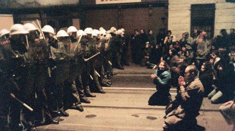 nezna-revolucia-17-november-1989-studentska-demonstracia-v-prahe-protest-policia-tazkoodenci-clanokW
