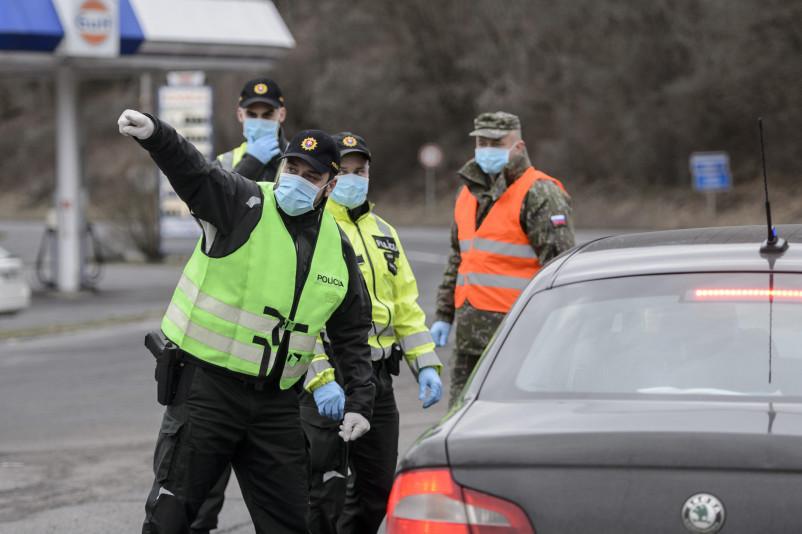 Sátorosbánya, 2020. március 13. Szlovák rendõr visszafordít egy személygépkocsit Magyarország felé a Somoskõújfalui és Sátorosbánya közötti határátkelõhelyen 2020. március 13-án. A koronavírus terjedésének megakadályozása érdekében a szlovák kormány reggel 7 órától a közúti határátkelõin - a lengyel határszakaszt kivéve - visszaállítja a határellenõrzést. Csak azokat engedik be Szlovákiába, akik szlovák állampolgárok, és akiknek az országban tartózkodási engedélyük van. Minden külföldrõl érkezõnek 14 napos karanténba kell vonulnia. MTI/Komka Péter