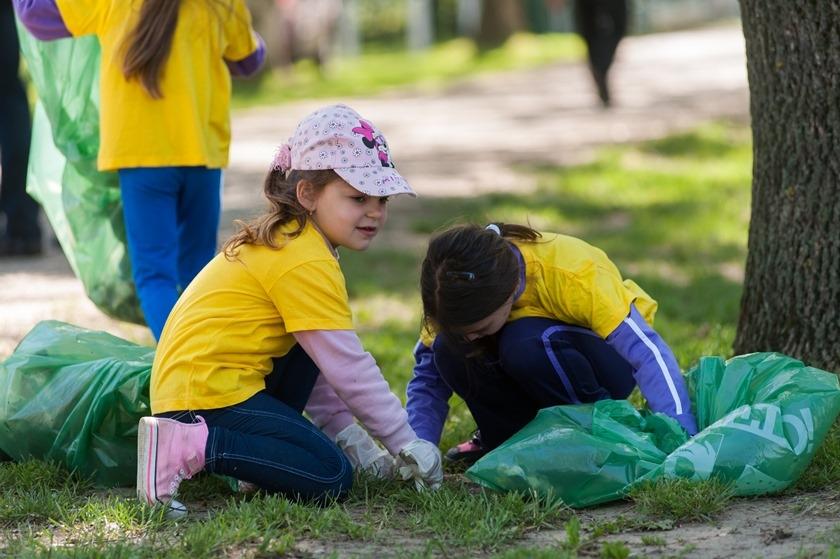 Gyerekek gyűjtik a szemetet Fegyverneken