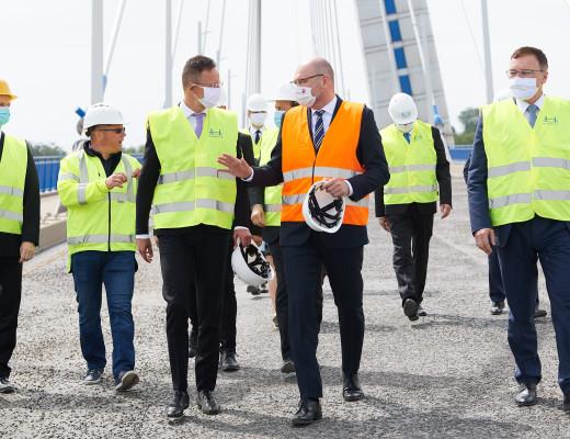 Komárom, 2020. május 11. A Külgazdasági és Külügyminisztérium (KKM) által közreadott képen Szijjártó Péter külgazdasági és külügyminiszter (elöl, b) és Richard Sulík szlovák miniszterelnök-helyettes és gazdasági miniszter (elöl, j) az új Duna-hídon Komáromban 2020. május 11-én. MTI/MTI Fotószerkesztõség/MTI Fotószerkesztõség/KKM